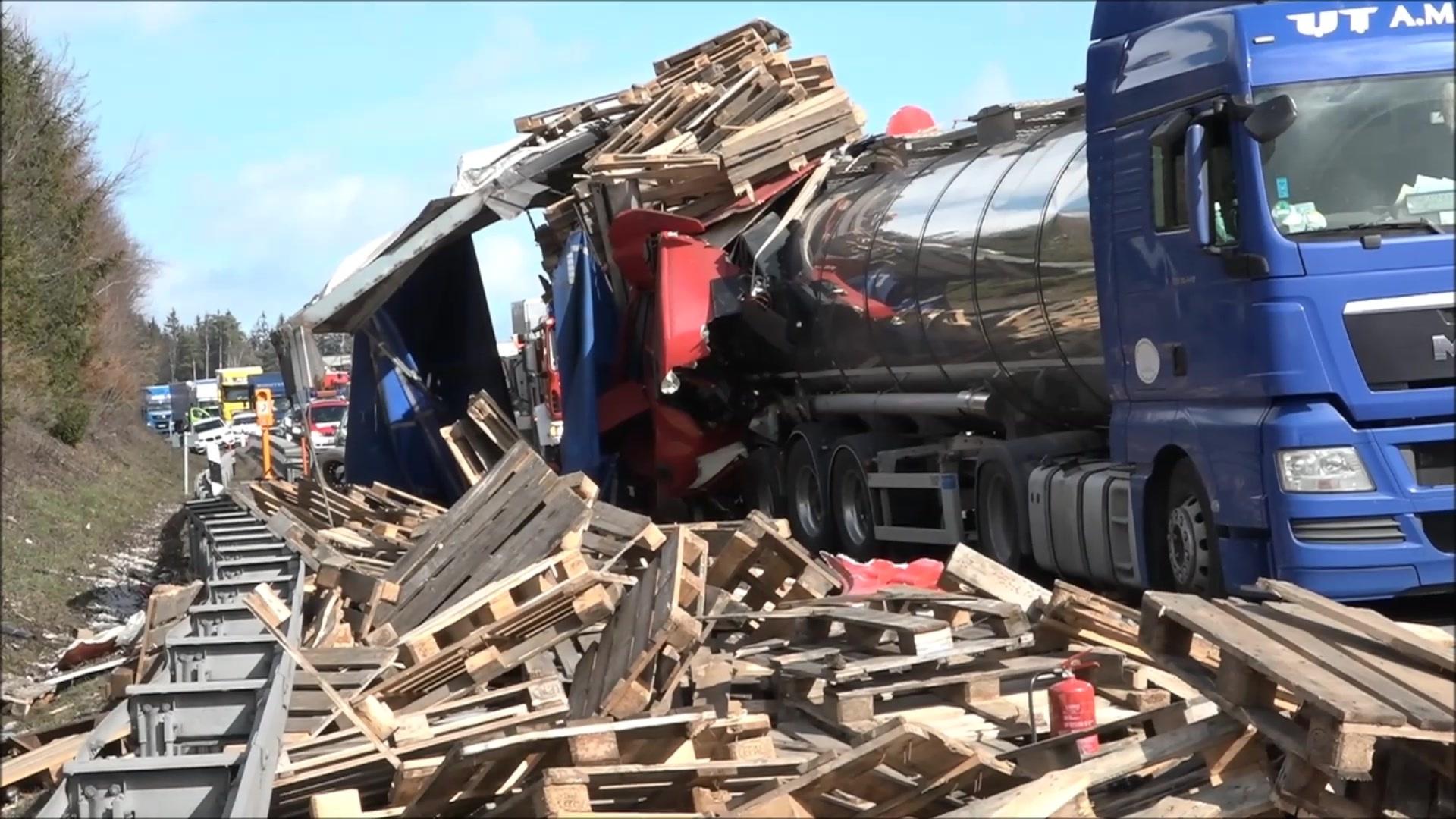 Erneut Schwerer Lkw Unfall Auf Der A9 Trucker Stirbt Bei Gefrees